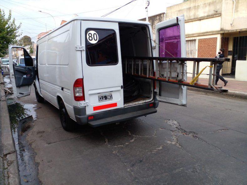 La camioneta con la que se movilizaban los falsos operarios en Lanús
