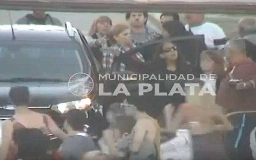 La Plata: una mujer ebria quiso atropellar con su auto a un grupo de estudiantes y fue detenida