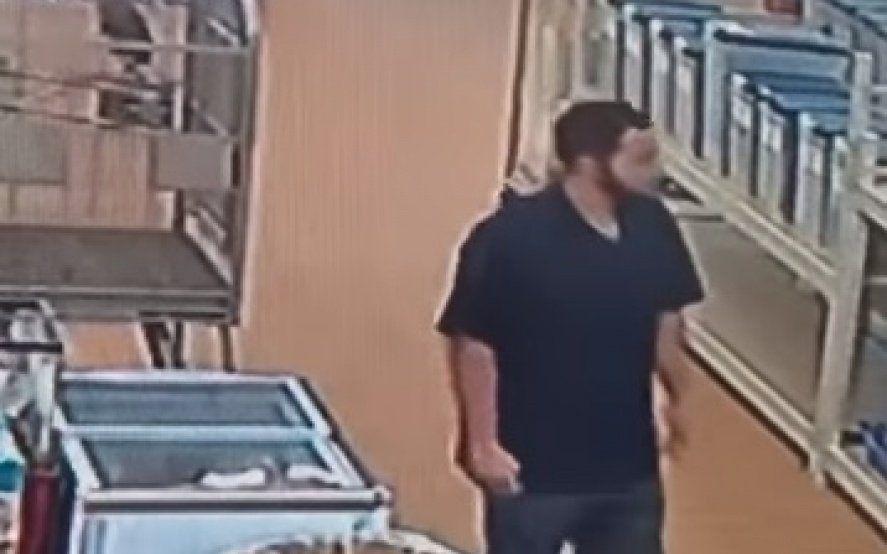 Insólito: Se robó una pitón de más de un metro y se la metió en los pantalones