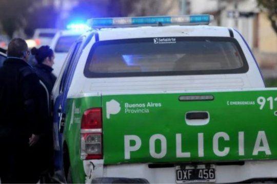 un policia mato a dos delincuentes y baleo a un complice tras un asalto en su casa