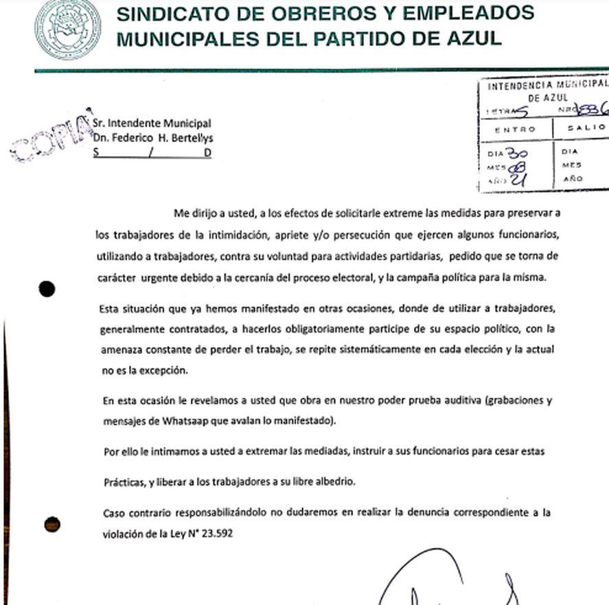 Azul: denuncian que obligan a municipales a repartir boletas