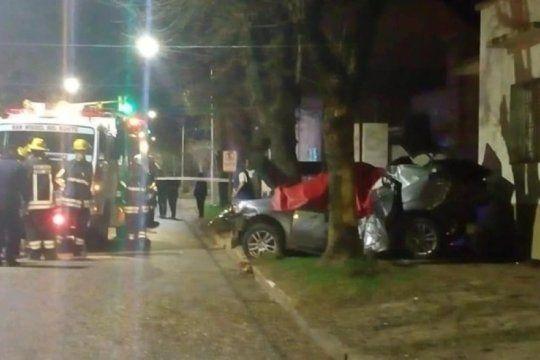 san miguel del monte: dos muertos y un herido grave tras el choque de un auto contra un arbol