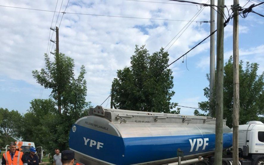 La Plata: un camión de YPF cayó en una zanja y despliegan importante operativo de prevención