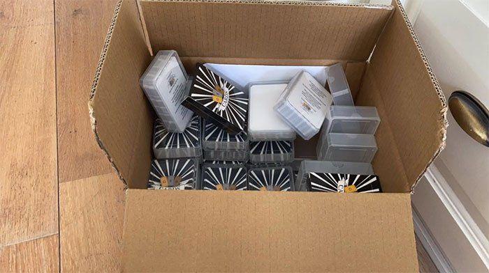 Mas de 1500 cajas llenas de mazos de cartas inclusivas volaron a Estados Unidos y Europa como Las barajas de la igualdad