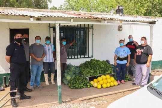 presos cosechan repollos, acelgas, zapallitos y melones en una carcel y los donan a un hospital