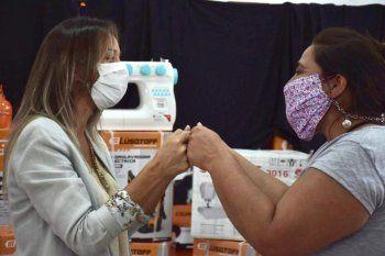 Galmarini y Micaela Ferraro Medina entregaron herramientas de trabajo