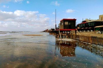 La crecida del mar dejó sin playa al sector del centro de Villa Gesell esta mañana (Foto: Facebook Complejo San Jorge)