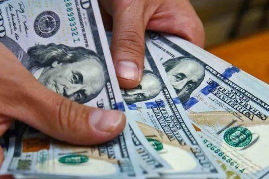 La mujer de 77 años entregó 1.450 dólares y 70.000 pesos