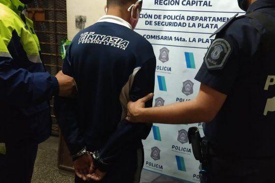 En la zona donde robaron el arma reglamentaria cayó un joven con drogas