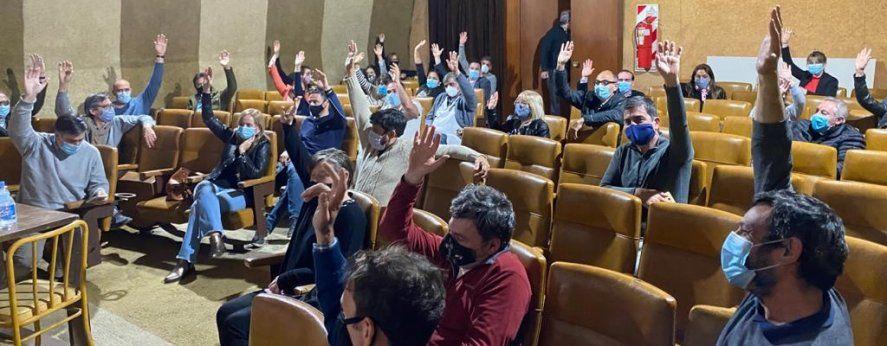 La Agremiación Médica platense votando el rechazo a la oferta del IOM