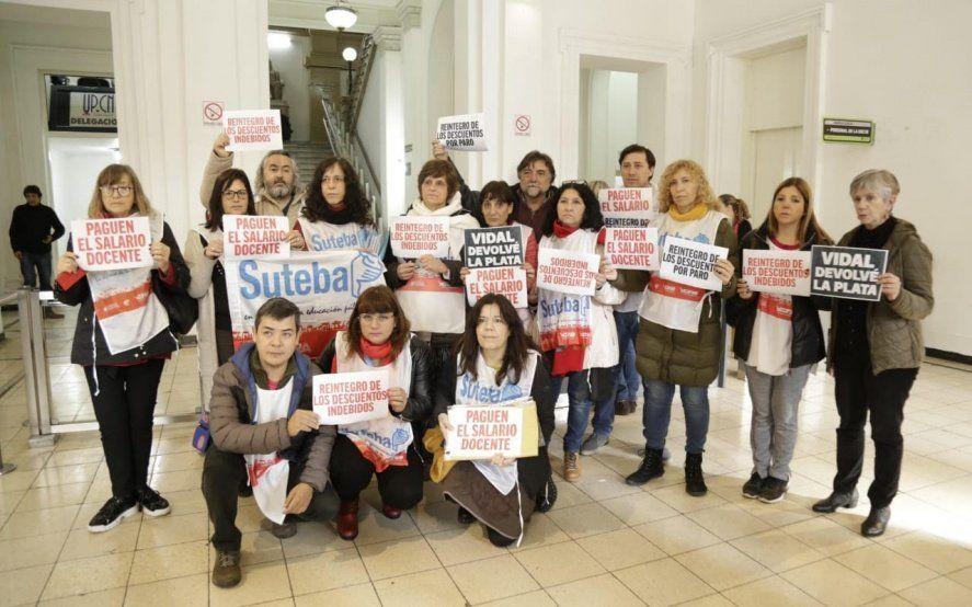 Docentes bonaerenses volvieron a reclamar contra descuentos salariales y atrasos en los pagos