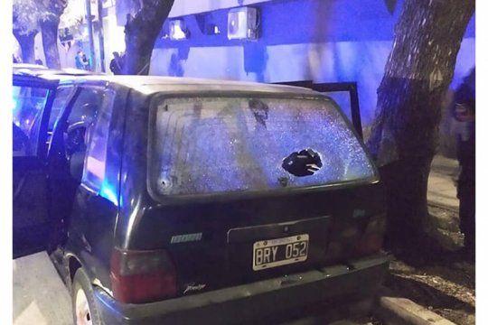 le rozaron el auto a un policia de aeroportuaria y reacciono a los tiros: hay un joven herido de gravedad