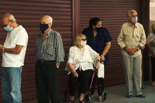 vacunacion: los jubilados sin protocolos y al rayo del sol en caba