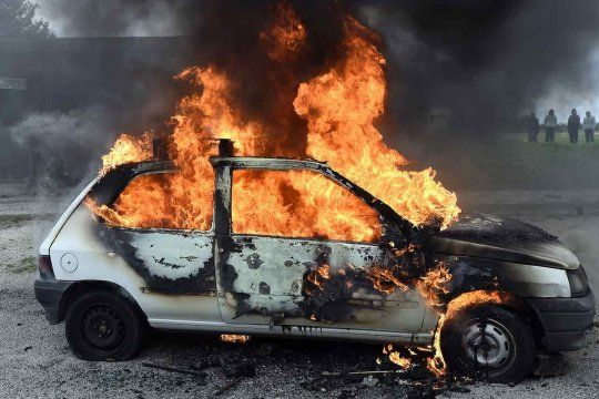 El auto se incendió en el barrio de San Carlos, La Plata. Por suerte, la familia pudo escapar a tiempo.