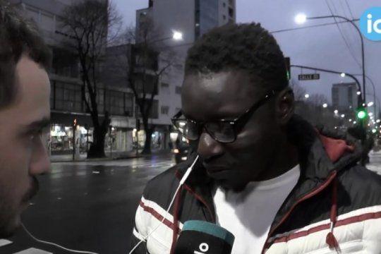 la historia de mustafa, uno de los manteros senegaleses que vive en la plata: ?si no trabajamos, no comemos?