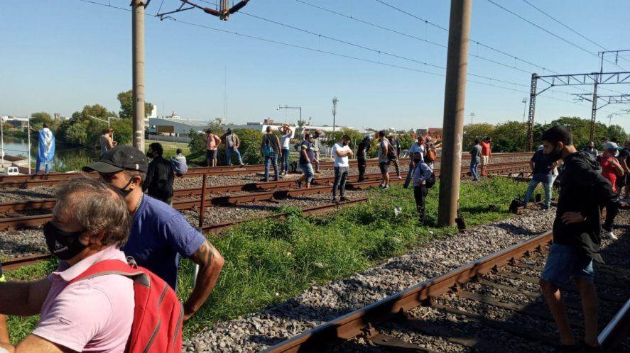 El corte en las vías del tren es protagonizado por despedidos del colectivo