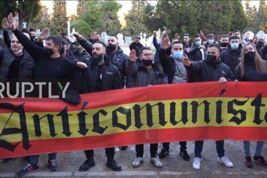 La palabra Anticomunista sobre una bandera de España. Algunas de las consignas neonazis de la peligrosa ultraderecha europea