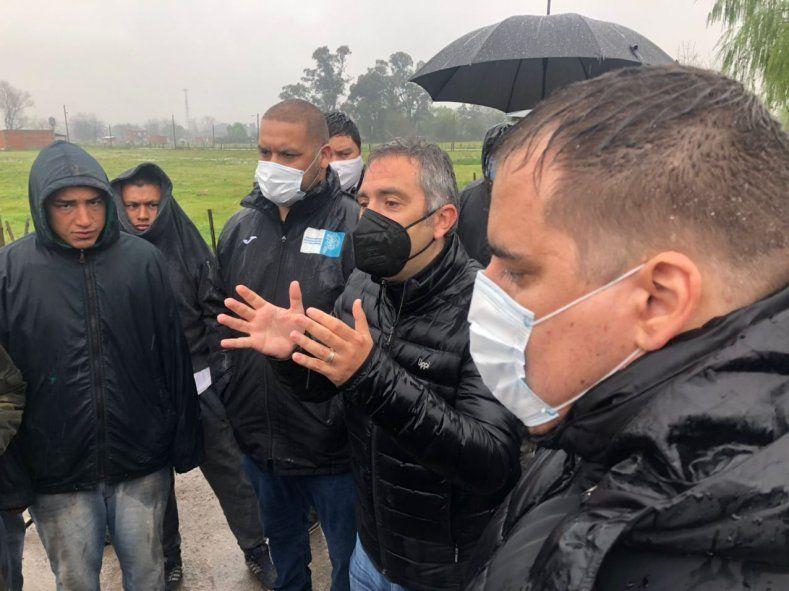 El ministro de Desarrollo de la Comunidad, Andrés Larroque, durante el nuevo censo de Guernica. La lluvia obligó a postergarlo tres días.