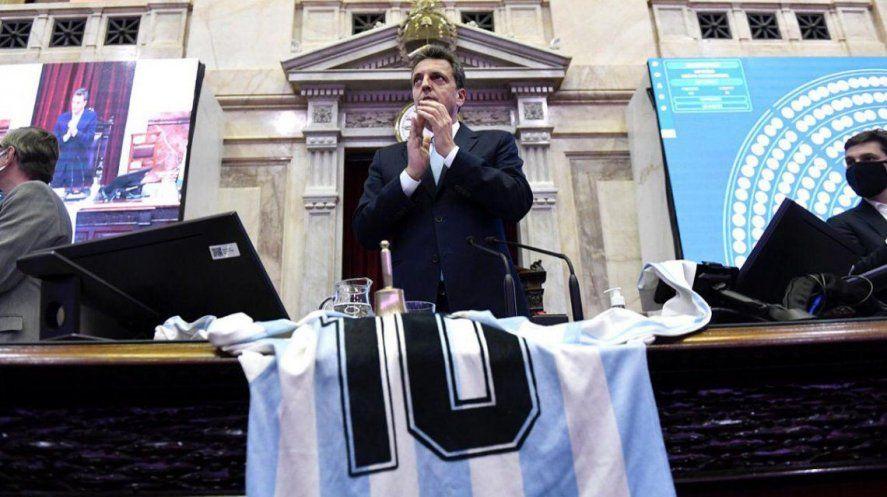Los diputados también homenajearon a Maradona