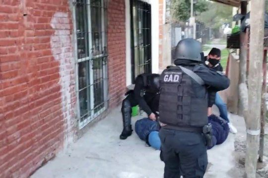 una mujer con arresto domiciliario cayo por liderar una banda de narcomenudeo