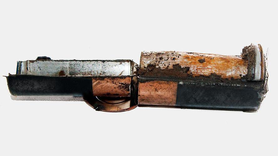 Las pilas son desarmadas para la recuperación de los metales que llevan dentro (Foto: gentileza investigadores/as)