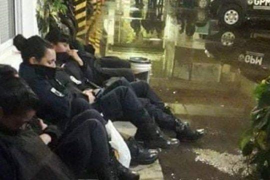denuncian las condiciones inhumanas en las que policias mujeres pasaron la noche anterior al enm
