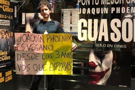 fue al cine a ver joker y sorprendio a todos con un cartel: ?joaquin phoenix es vegano, ¿vos que esperas??