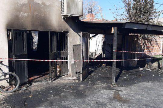 tragedia en ensenada: hallan dos cuerpos carbonizados tras el incendio de una vivienda