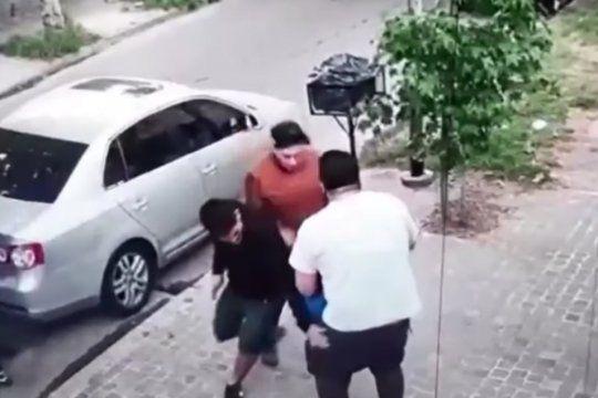 Tes delincuentes robaron un auto y redujeron a un hombre y su hijo de 6 años