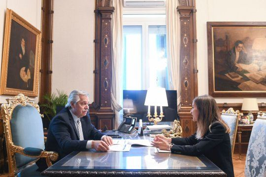 Alberto Fernández y la titular de la ANSES, Fernanda Raverta, se reunieron para definir el complemento de las asignaciones familiares.