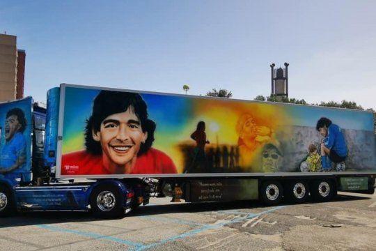 El gigantesco camión Scania aerografiado en Nápoles con imágenes de toda las etapas de la vida de Maradona