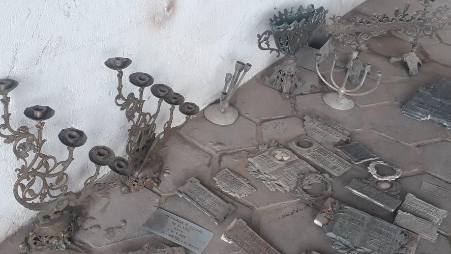En localidad de Azul, encontraron cientos de placas de bronce y cruces que habían sido profanadas y robadas en el cementerio municipal.
