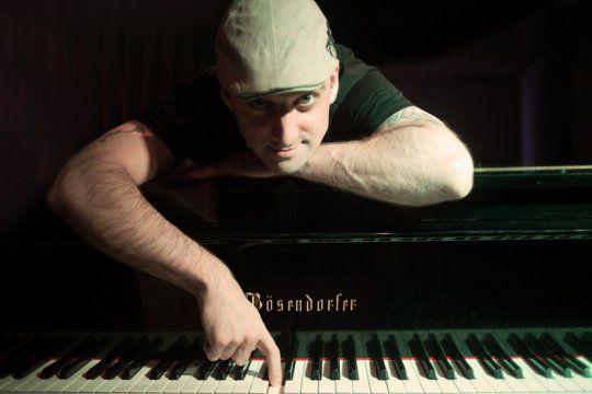 con la musica a otra parte: conoce la historia del platense que vive tocando el piano en taiwan