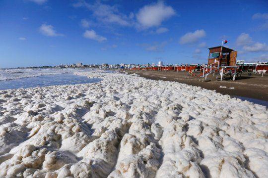 Investigadoras tomaron muestras de agua y dieron detalles sobre la inusual espuma que bañó las playas de Mar del Plata
