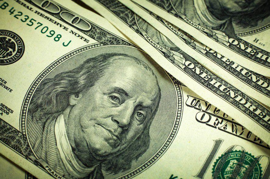 Beneficiarios de planes sociales sin cuenta en dólares