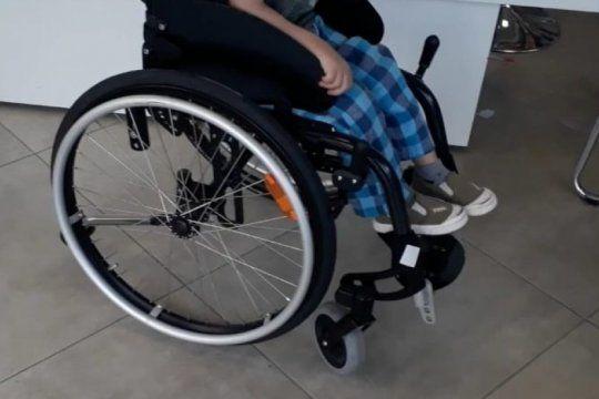 robaron la silla de ruedas de un nene con autismo: su mama pide ayuda para recuperarla