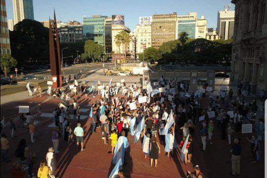 La marcha por el esclarecimiento del caso Nisman que convocó a unos cientos de personas. Según Clarín diferenciados de los militantes de otras marchas.