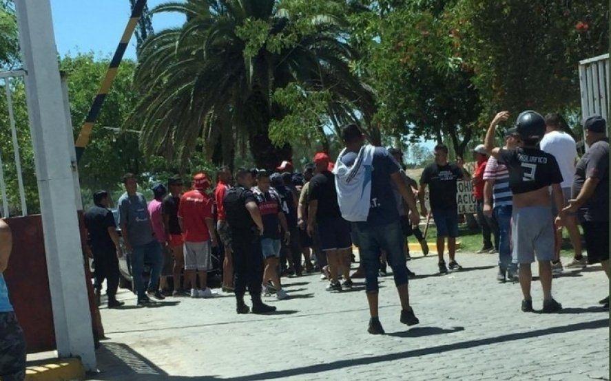 Tensión en el entrenamiento de Independiente: Más de 50 hinchas se hicieron presentes a la salida del predio