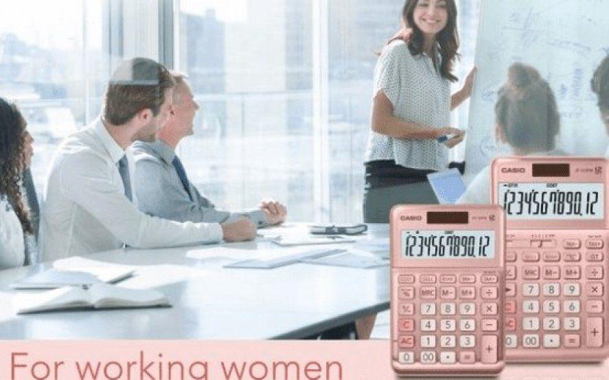 """No le llegó el feminismo: Casio lanzó una calculadora rosa para """"apoyar"""" a las mujeres trabajadoras"""