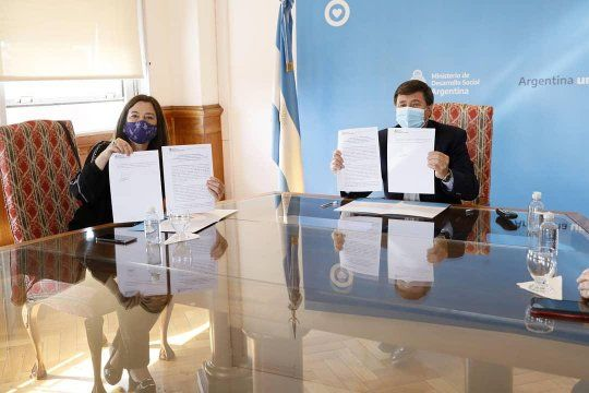 Estela Díaz y Daniel Arroyo firmaron un convenio para sumar al programa Potenciar Trabajo a bonaerenses víctimas de violencia de género.