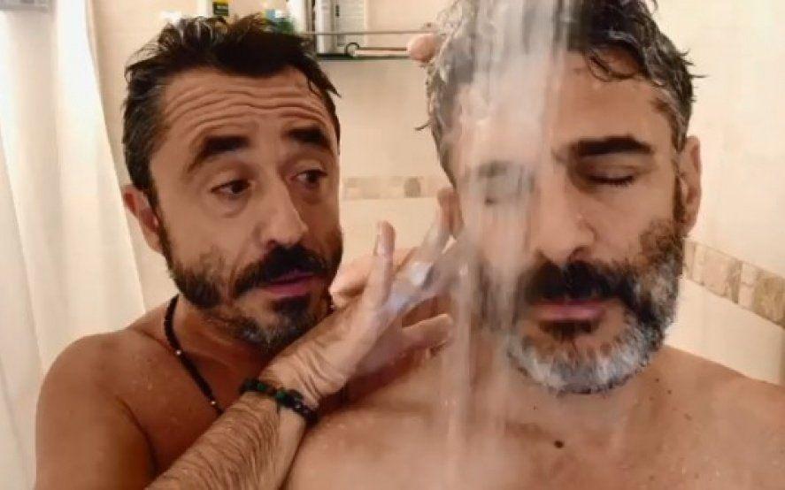 A calzón quitado: Pablo Granados y Leo Sbaraglia incendiaron las redes en una entrevista bajo la ducha