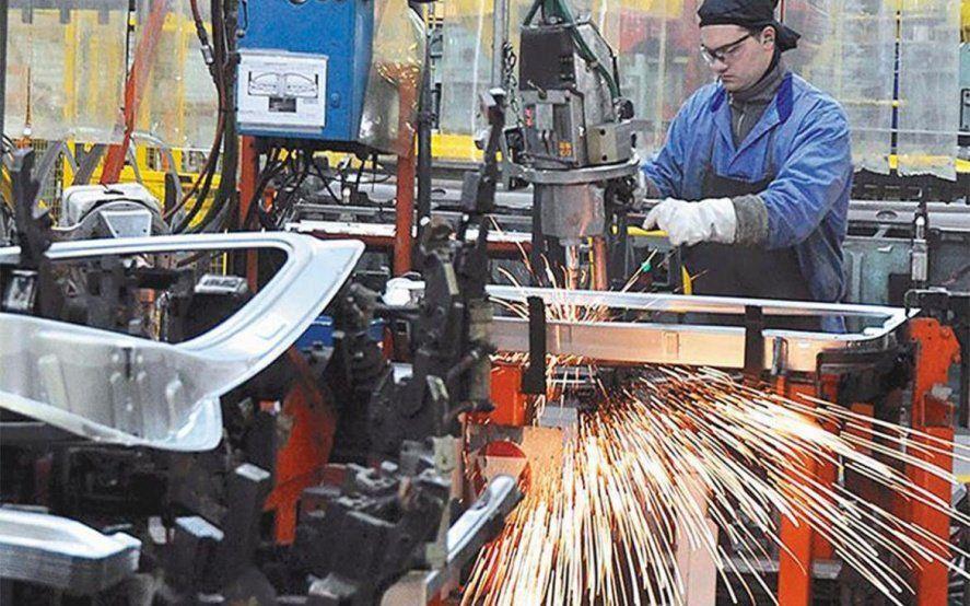 En caída libre: la industria se desplomó un 7,3% en febrero y sumó su décima baja consecutiva