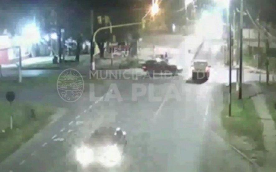 Mirá el video del choque de dos camionetas: una no respetó el semáforo y embistió a la otra