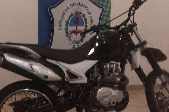 la plata: dos menores circulaban en una moto robada