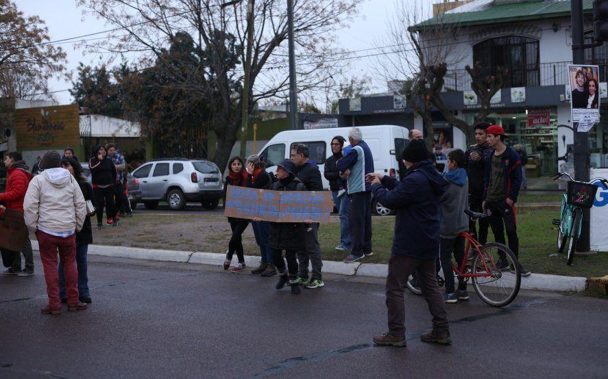 """El drama de los vecinos de Villa Elisa afectados por el apagón: """"Para la gente pobre no hay generadores"""""""