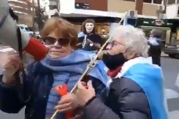 Las imágenes de las mujeres mayores con megáfono insultando a Cristina Kirchner en la esquina de su domicilio, son difundidas tanto por partidarios como por detractores de la Vicepresidenta, por razones opuestas