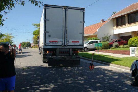 El chofer de este camión fue asaltado y baleado esta mañana