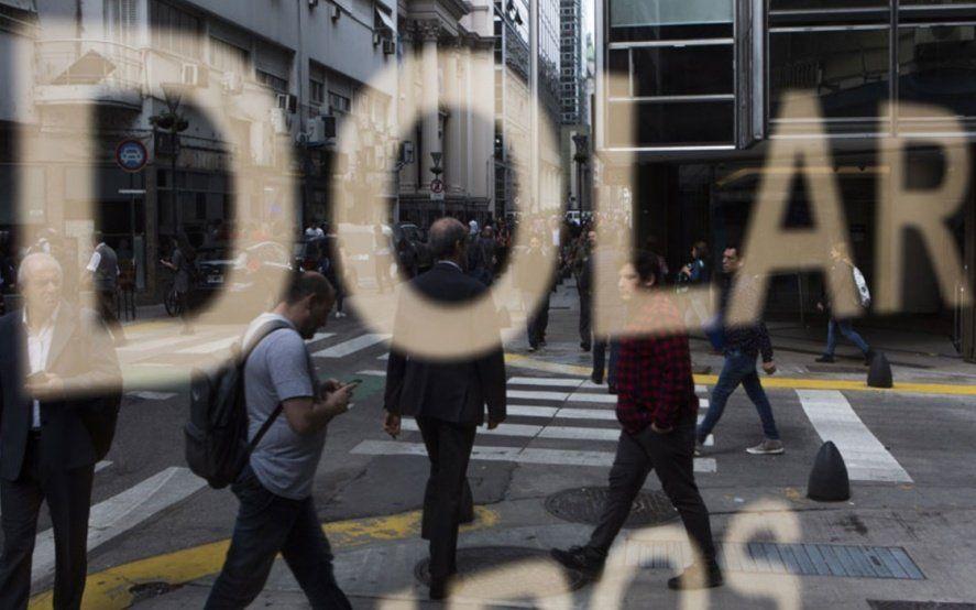 El mercado estima que le dólar cerrará en $50 este año y que el PBI caerá más de lo esperado