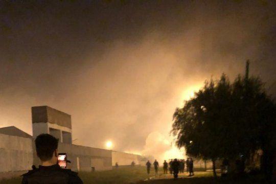ensenada: protesta por corte de luz genero una pueblada y el incendio de un destacamento policial