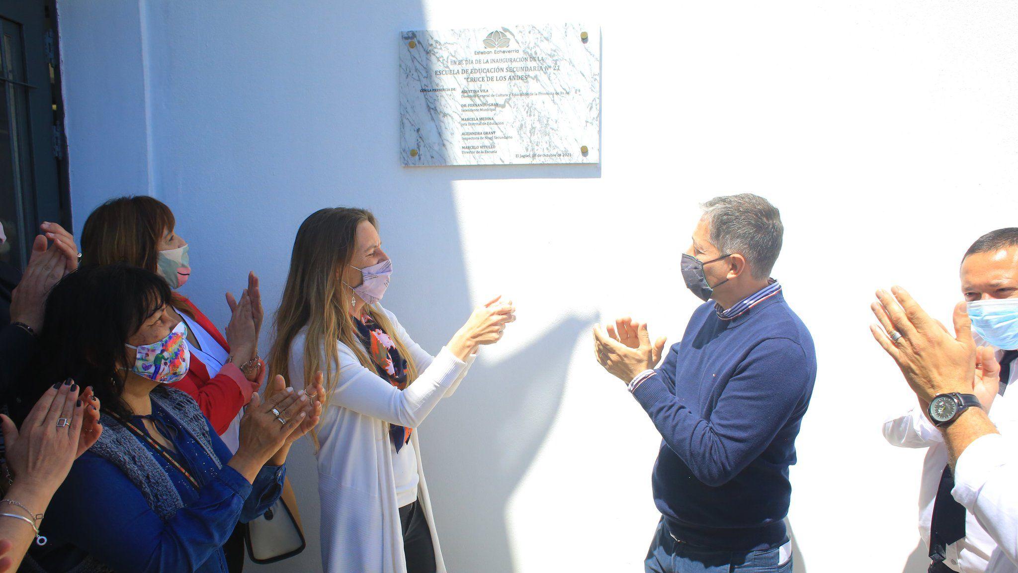 Agustina Vila, directora general de Cultura y Educación, junto al intendente de Esteban Echeverría, Fernando Gray
